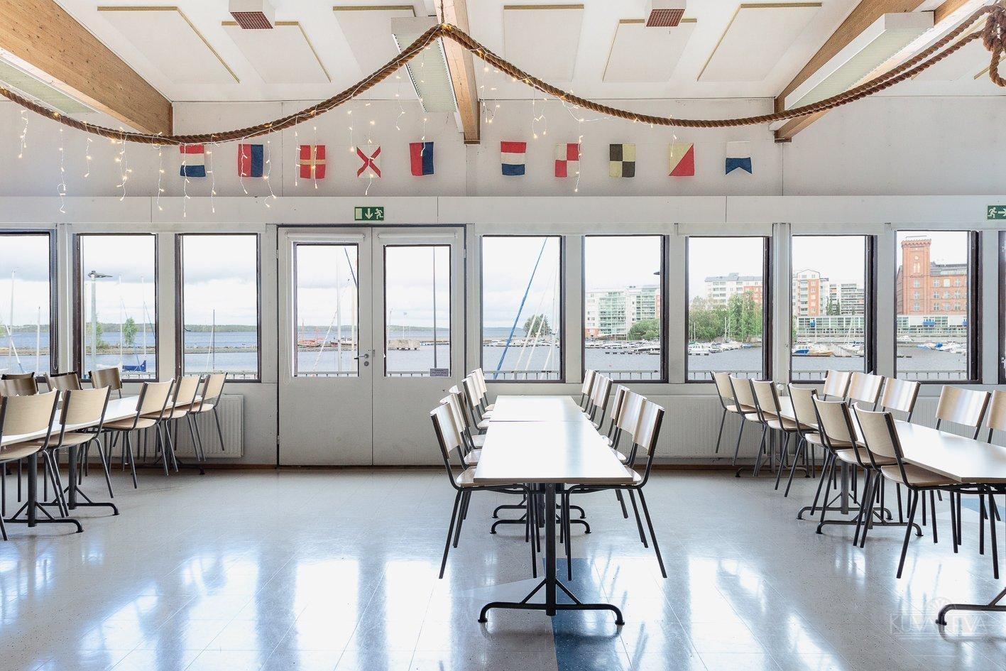 Juhlatila avaa ikkunoistaan upean järvimaiseman Näsijärvelle Tampereella